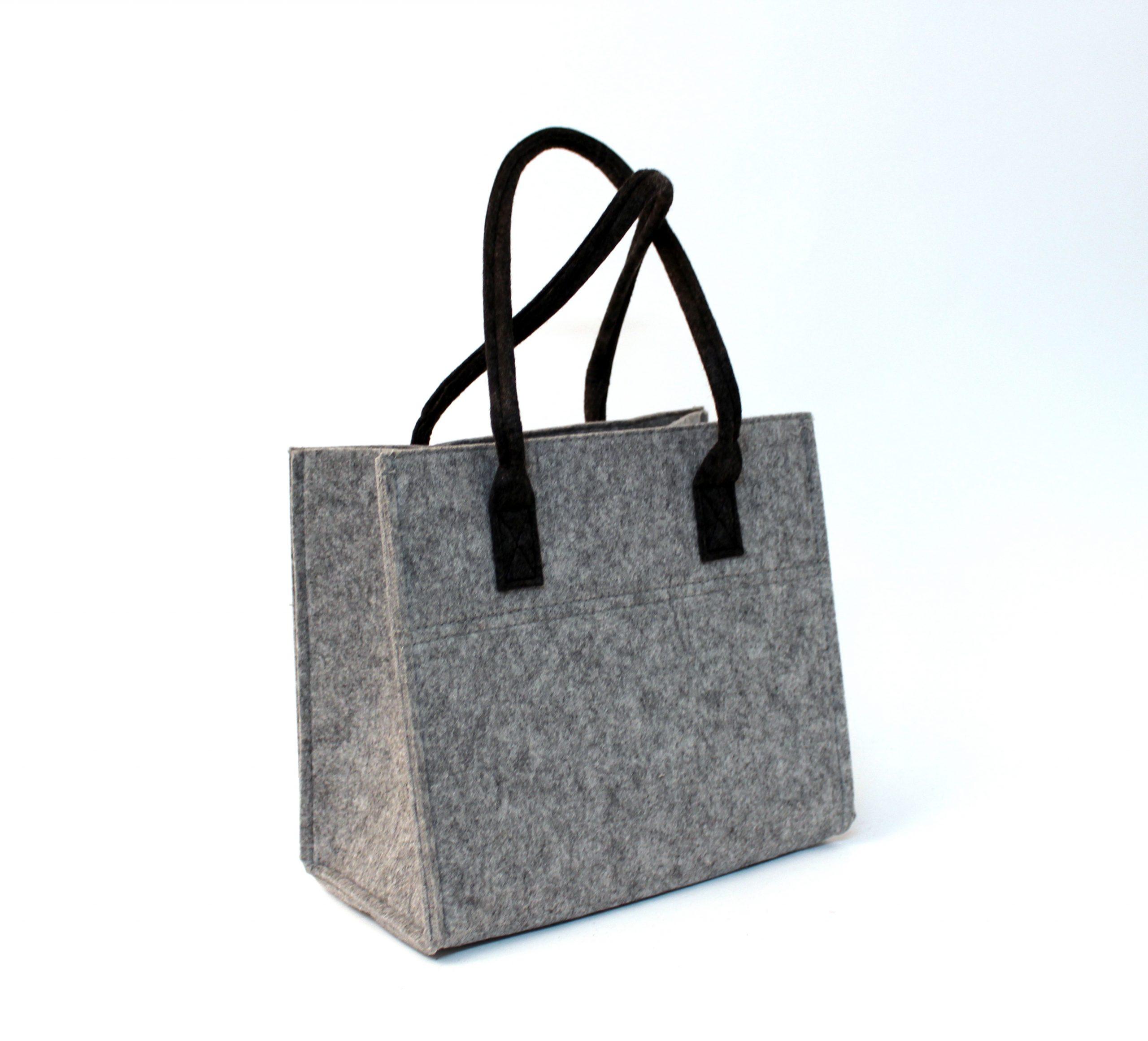 Graue Tasche und schwarze Henkel aus Filz - Handgemachte individualisierbare Taschen, Körbe, Tischsets, Dekoartikel und mehr auf fideko.de der Onlineshop seit 2011