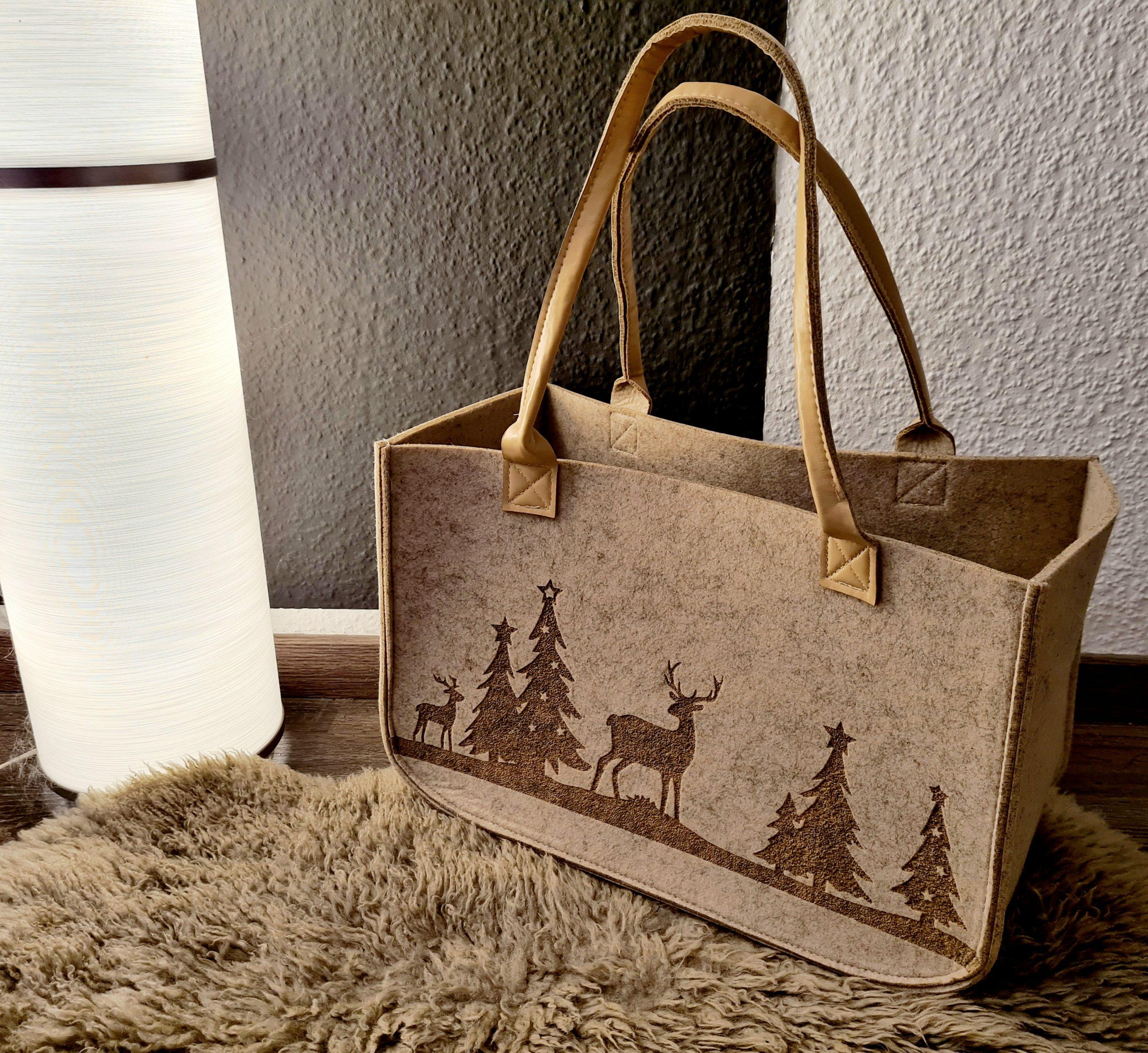 Cremefarbene Filzhandtasche mit braunem Hirsch und Baum Aufdruck und Lederhenkel - Handgemachte individualisierbare Taschen, Körbe, Tischsets, Dekoartikel und mehr auf fideko.de der Onlineshop seit 2011