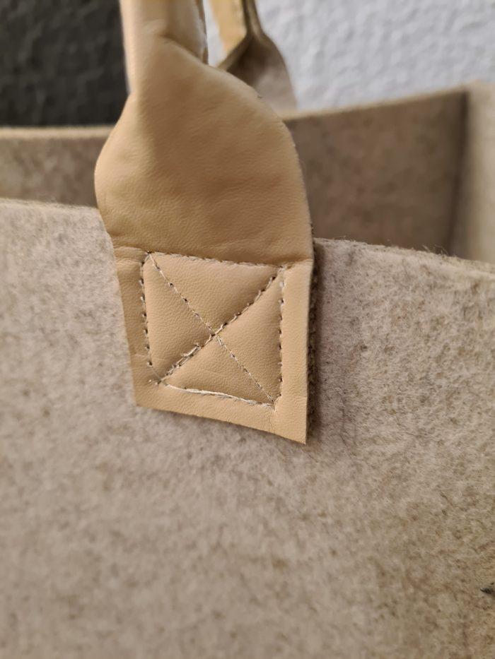 Cremefarbene Filzhandtasche mit braunem Hirsch und Baum Aufdruck und Lederhenkel- Handgemachte individualisierbare Taschen, Körbe, Tischsets, Dekoartikel und mehr auf fideko.de der Onlineshop seit 2011