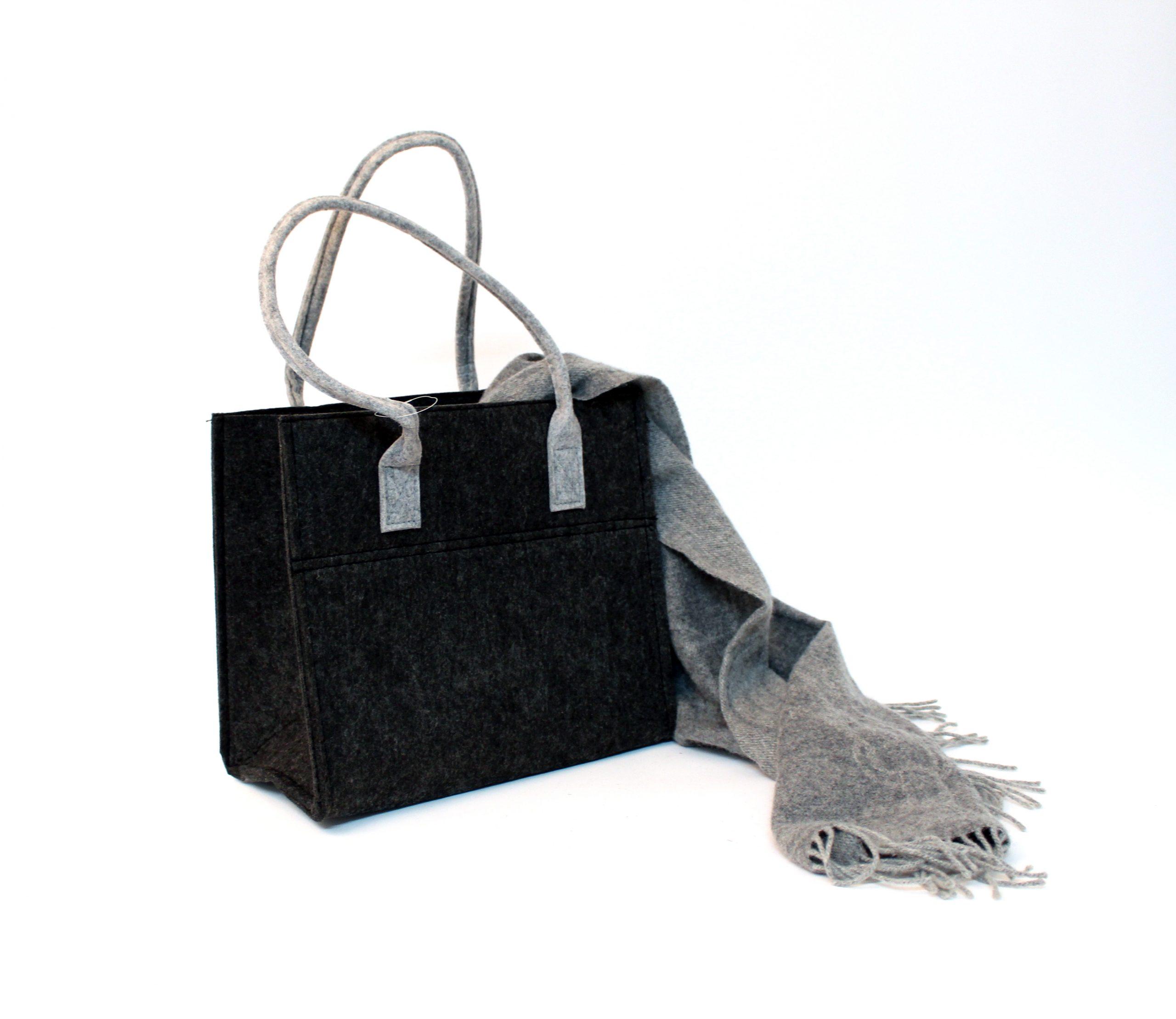 Schwarze Filztasche mit grauen Henkeln Schal liegt um die Tasche - Handgemachte individualisierbare Taschen, Körbe, Tischsets, Dekoartikel und mehr auf fideko.de der Onlineshop seit 2011