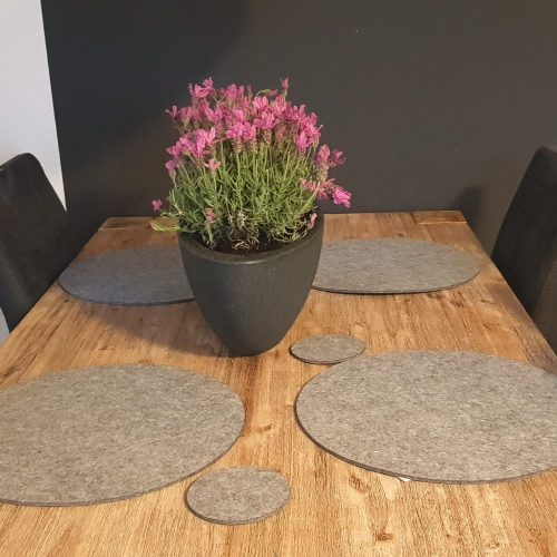 Hellgraue Filz-Untersetzter rund auf Holztisch - Handgemachte individualisierbare Taschen, Körbe, Tischsets, Dekoartikel und mehr auf fideko.de der Onlineshop seit 2011