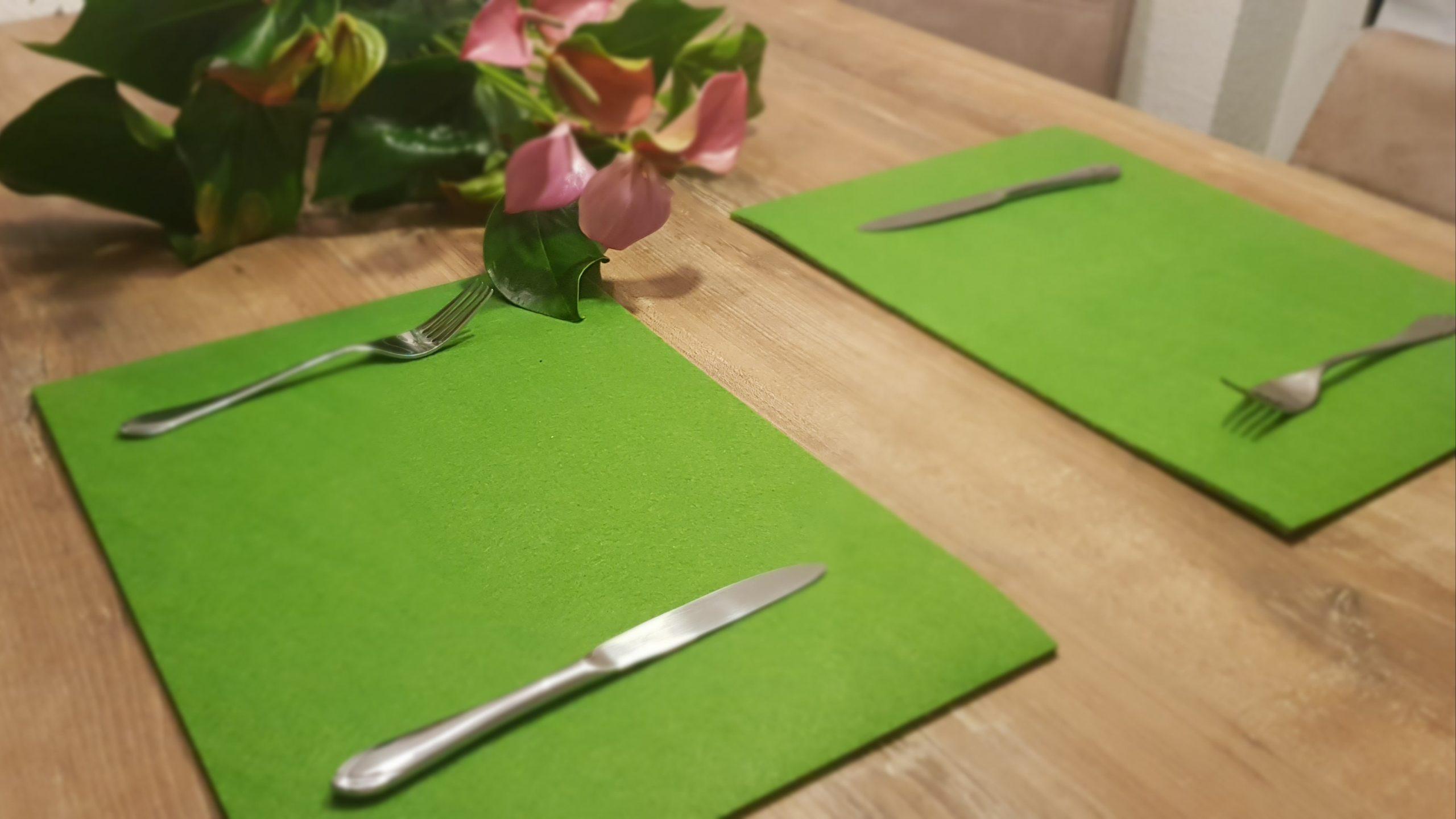 Grüne Filz-Untersetzter quadratisch mit Besteck - Handgemachte individualisierbare Taschen, Körbe, Tischsets, Dekoartikel und mehr auf fideko.de der Onlineshop seit 2011