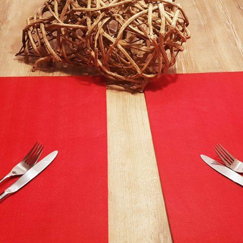 Rote Filz-Untersetzter quadratisch mit Besteck auf Holztisch - Handgemachte individualisierbare Taschen, Körbe, Tischsets, Dekoartikel und mehr auf fideko.de der Onlineshop seit 2011