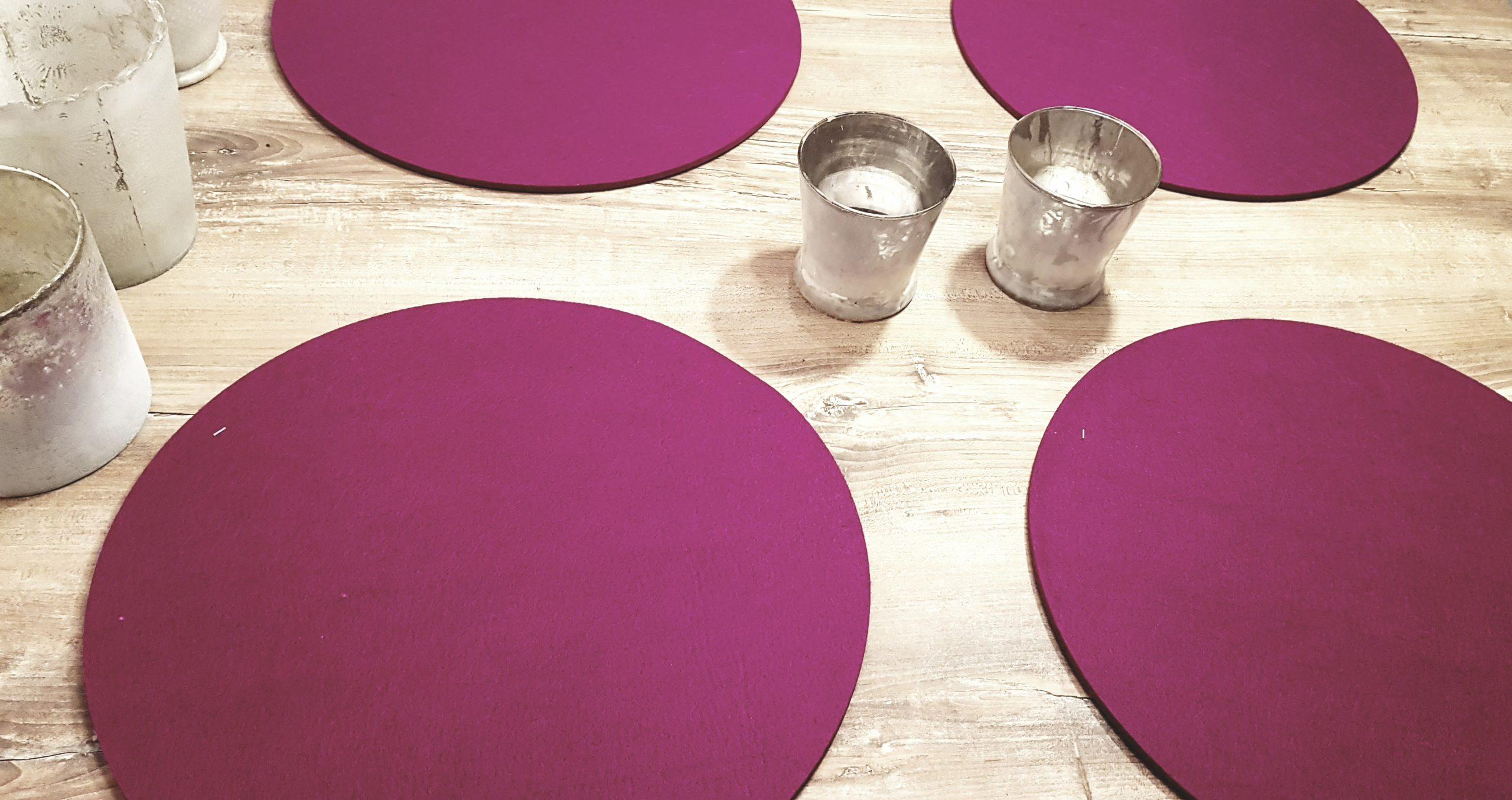 Pinker Filz-Untersetzter rund auf Holztisch - Handgemachte individualisierbare Taschen, Körbe, Tischsets, Dekoartikel und mehr auf fideko.de der Onlineshop seit 2011