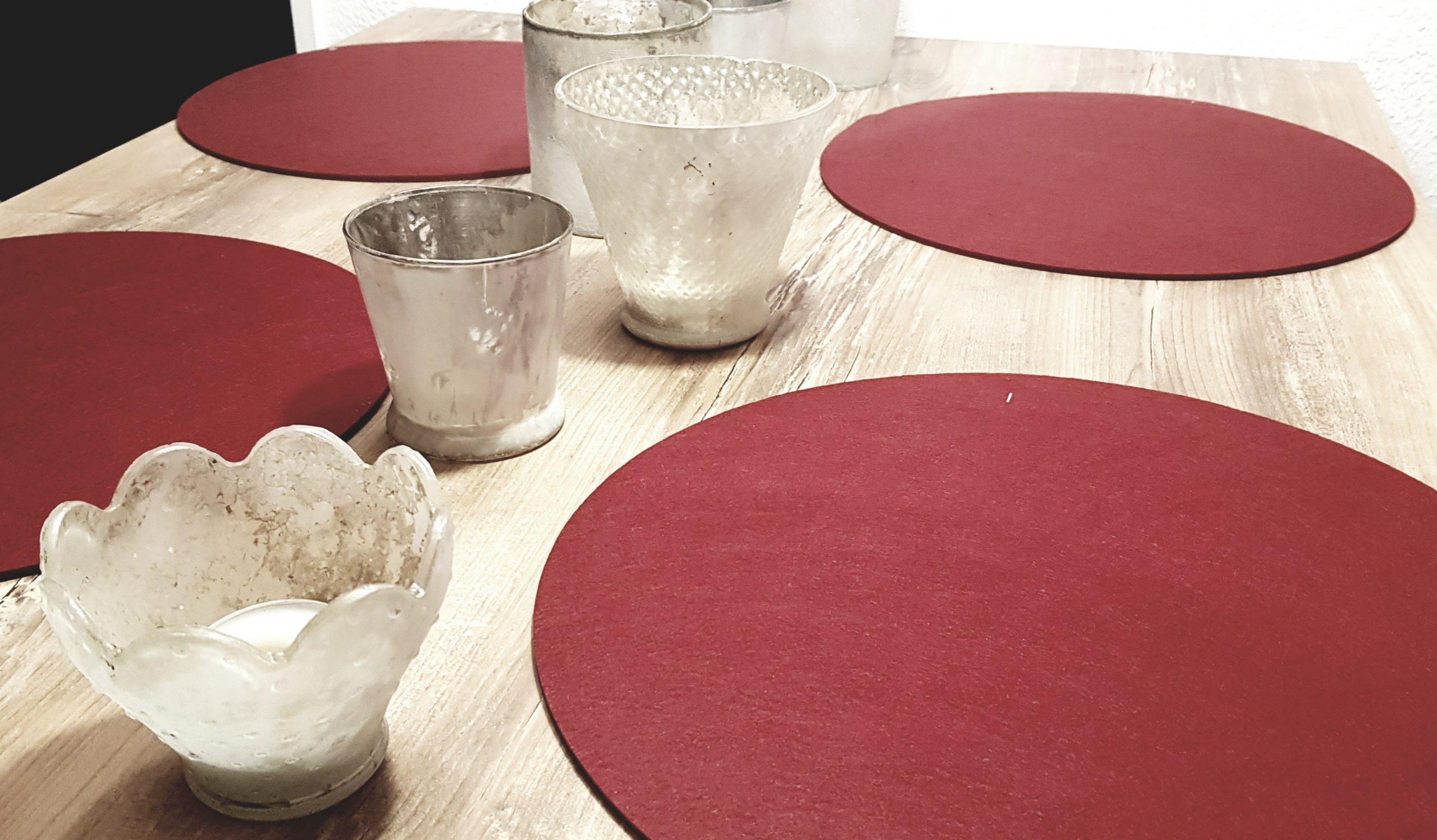 Roter Filz-Untersetzter rund auf Holztisch - Handgemachte individualisierbare Taschen, Körbe, Tischsets, Dekoartikel und mehr auf fideko.de der Onlineshop seit 2011