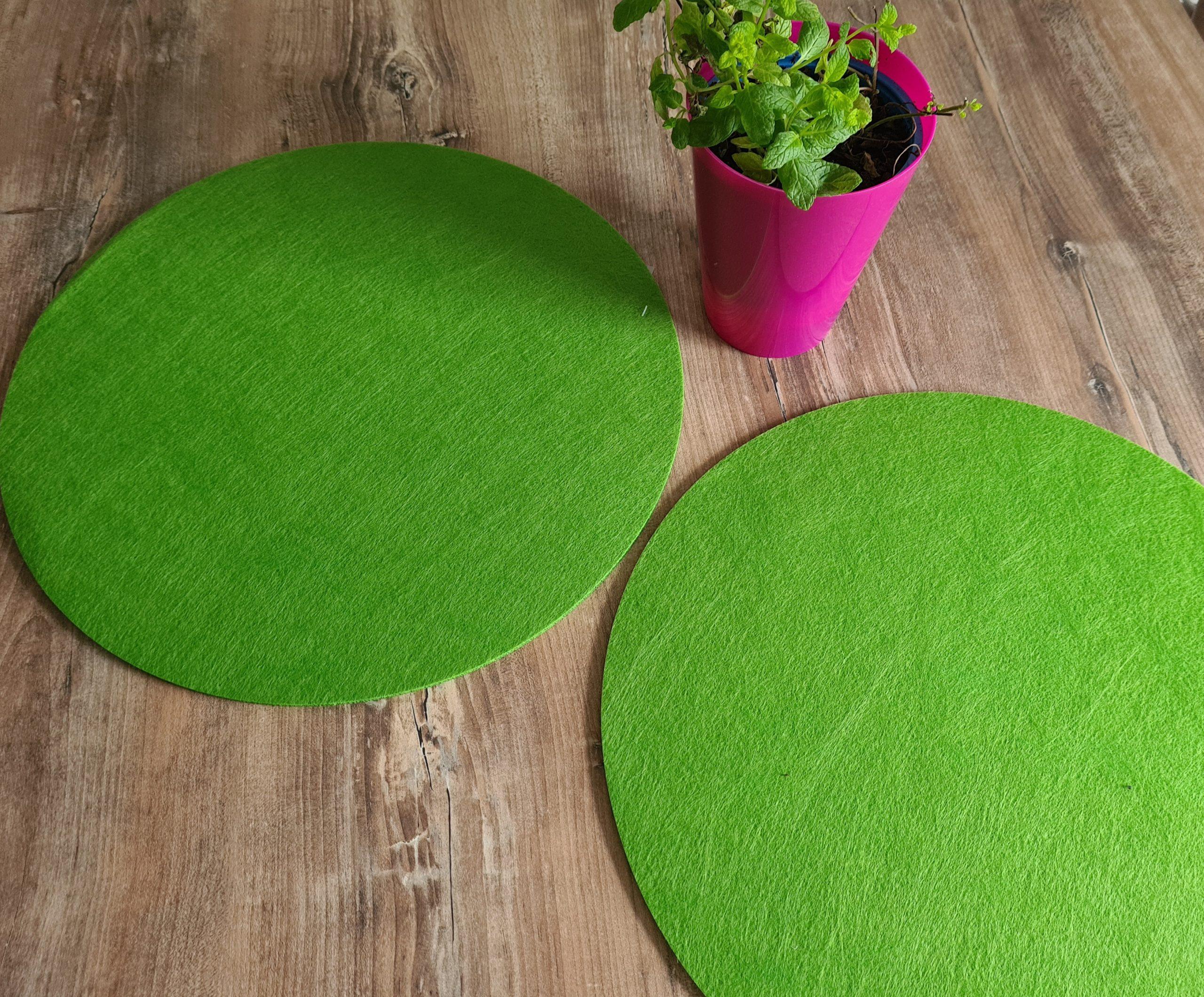 Grüner Filz-Untersetzter rund auf Holztisch - Handgemachte individualisierbare Taschen, Körbe, Tischsets, Dekoartikel und mehr auf fideko.de der Onlineshop seit 2011