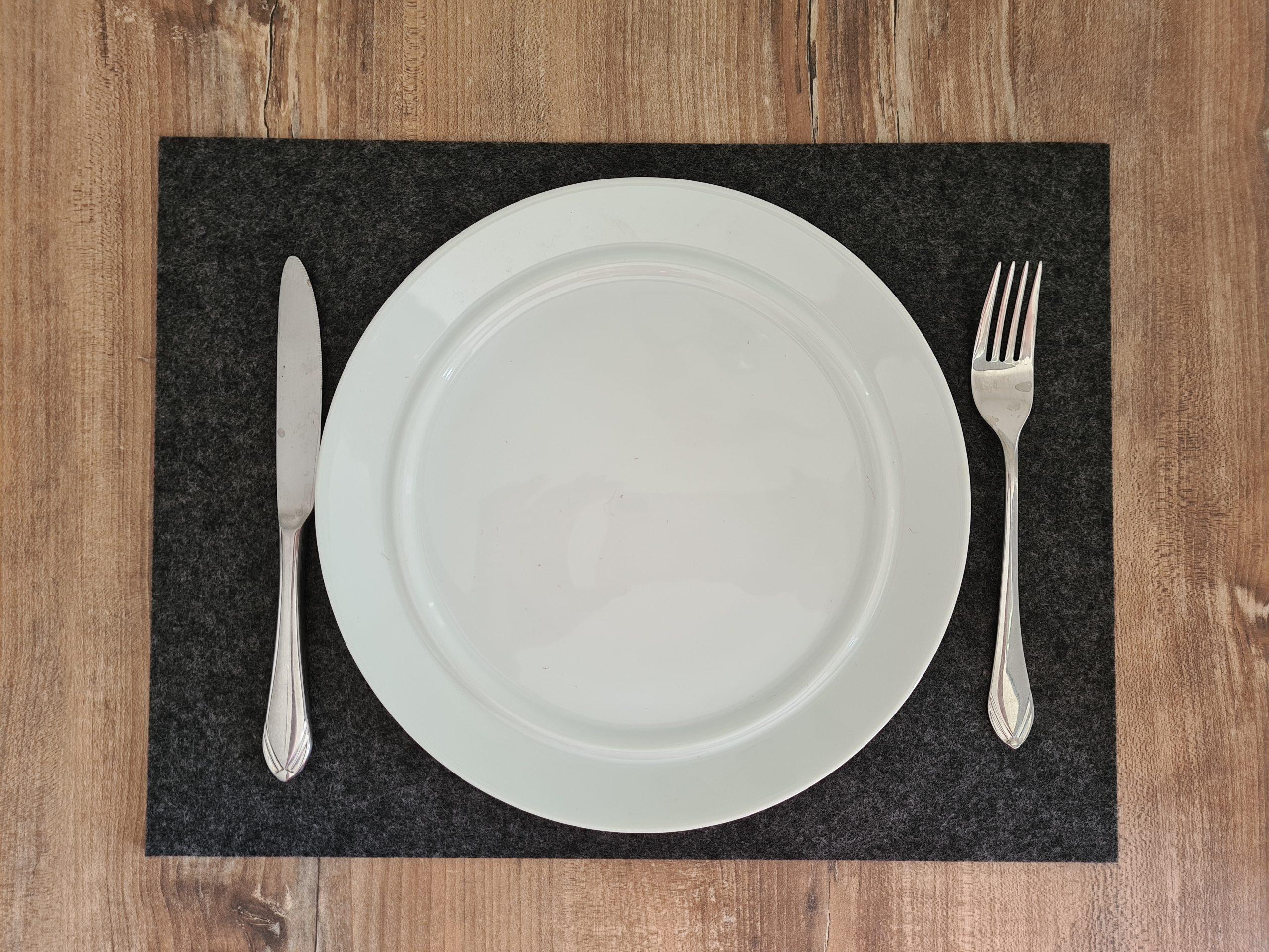 Schwarzer Filz-Untersetzter quadratisch mit Teller und Besteck - Handgemachte individualisierbare Taschen, Körbe, Tischsets, Dekoartikel und mehr auf fideko.de der Onlineshop seit 2011