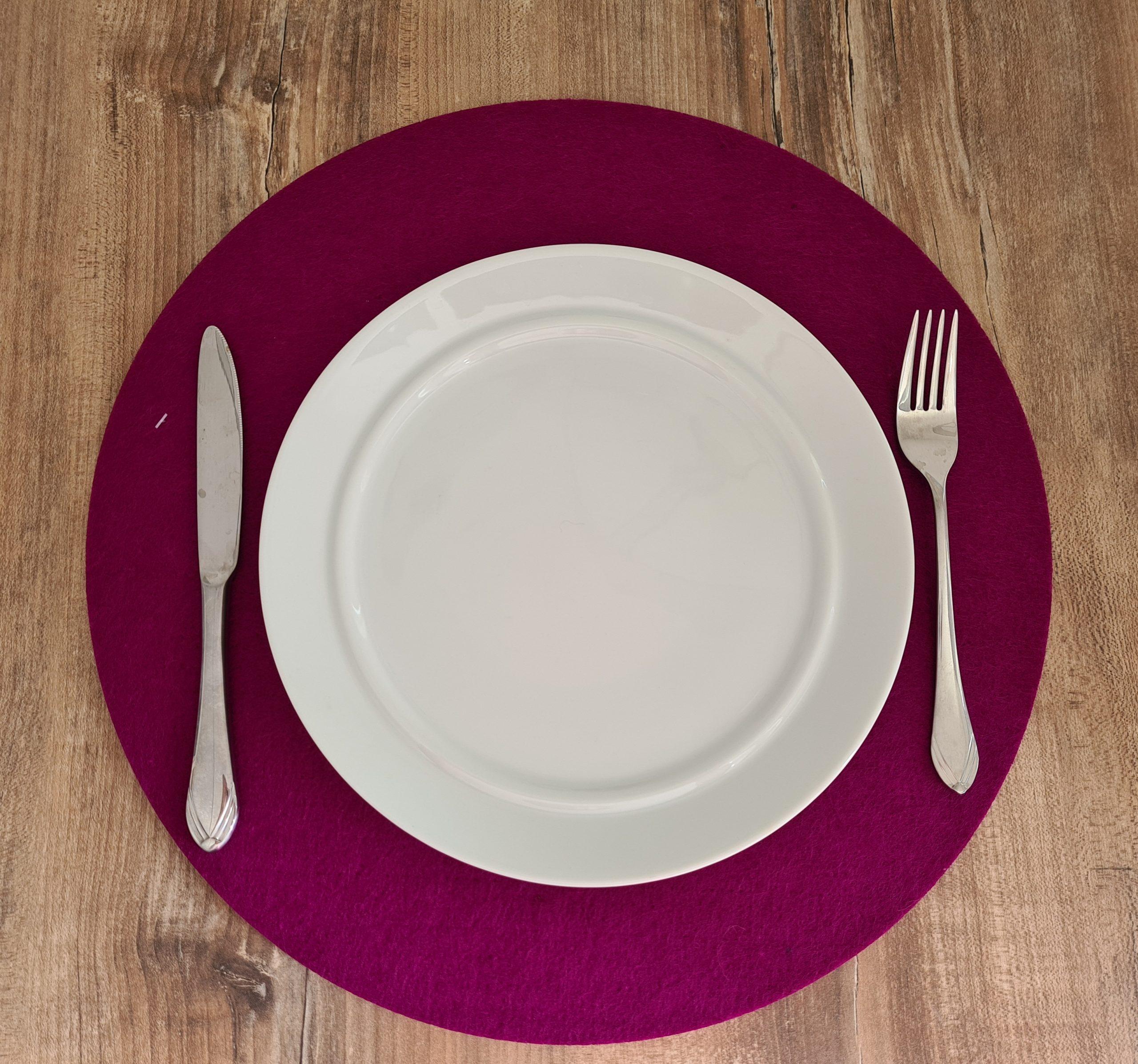Pinker Filz-Untersetzter rund mit Teller und Besteck - Handgemachte individualisierbare Taschen, Körbe, Tischsets, Dekoartikel und mehr auf fideko.de der Onlineshop seit 2011