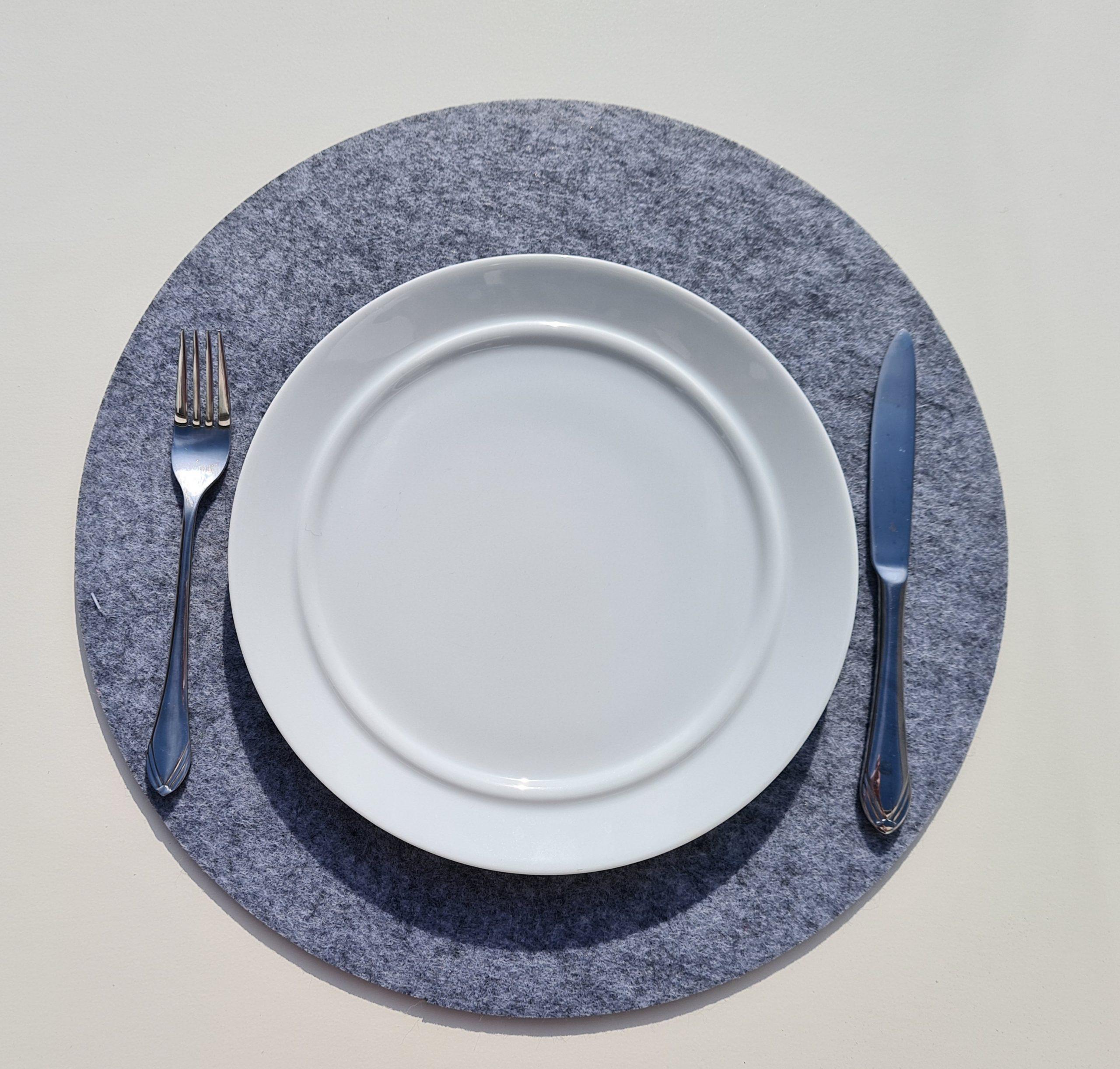Hellgrauer Filz-Untersetzter rund mit Teller und Besteck - Handgemachte individualisierbare Taschen, Körbe, Tischsets, Dekoartikel und mehr auf fideko.de der Onlineshop seit 2011