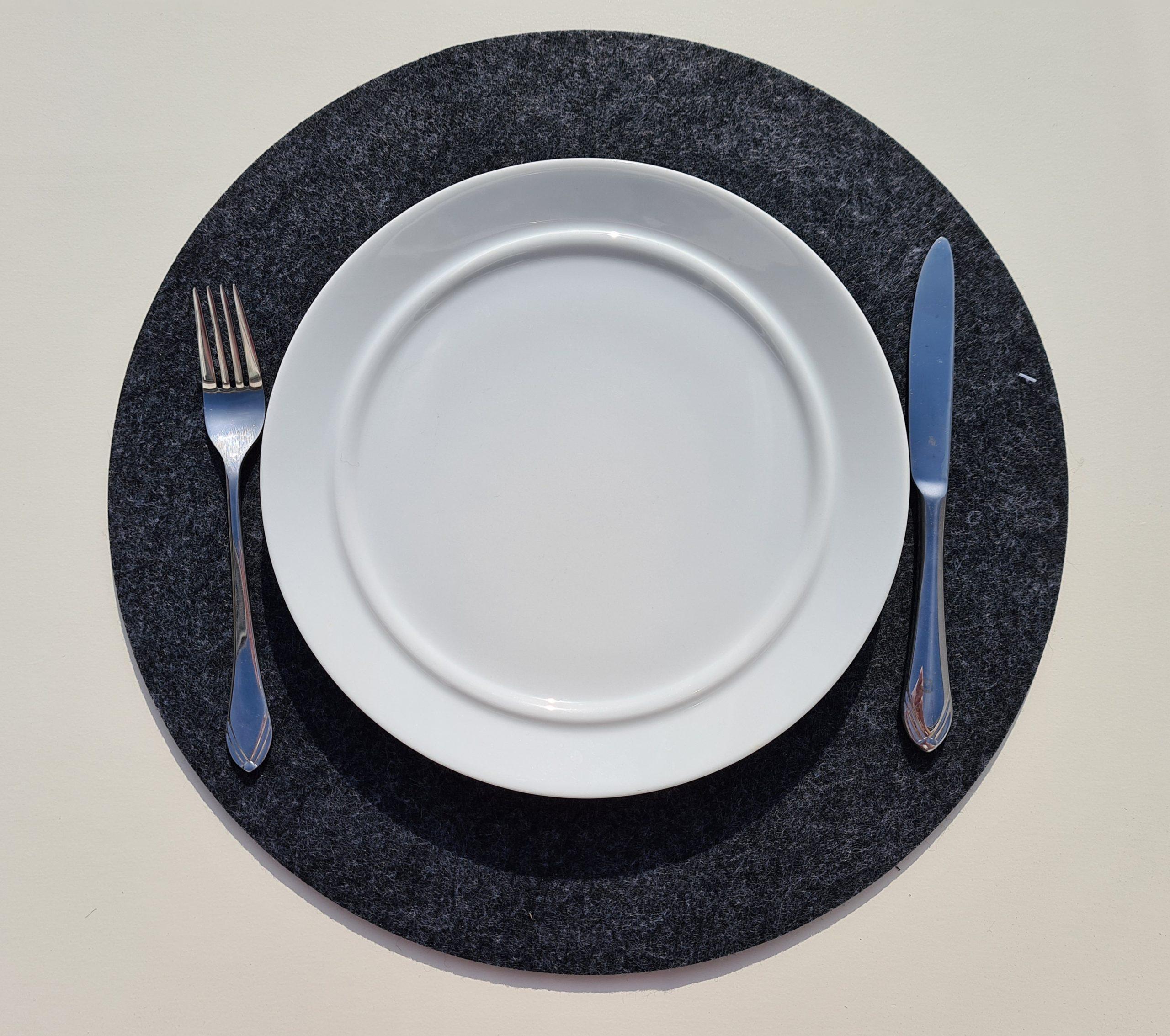 Schwarzer Filz-Untersetzter rund mit Teller und Besteck - Handgemachte individualisierbare Taschen, Körbe, Tischsets, Dekoartikel und mehr auf fideko.de der Onlineshop seit 2011