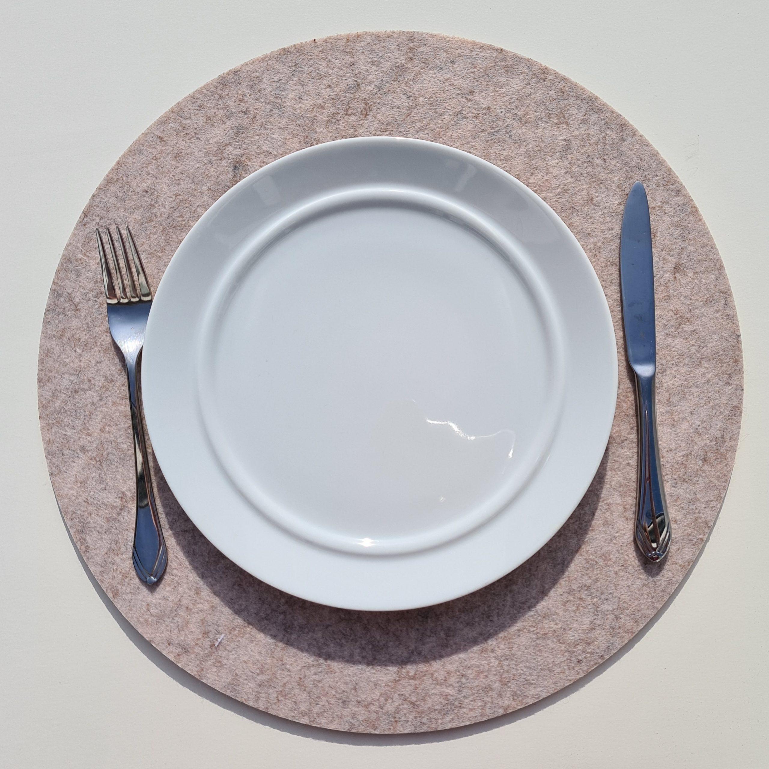 Cremefarbener Filz-Untersetzter rund mit Teller und Besteck - Handgemachte individualisierbare Taschen, Körbe, Tischsets, Dekoartikel und mehr auf fideko.de der Onlineshop seit 2011