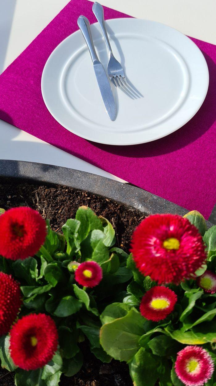 Pink Filz-Untersetzter quadratisch mit Teller und Besteck - Handgemachte individualisierbare Taschen, Körbe, Tischsets, Dekoartikel und mehr auf fideko.de der Onlineshop seit 2011