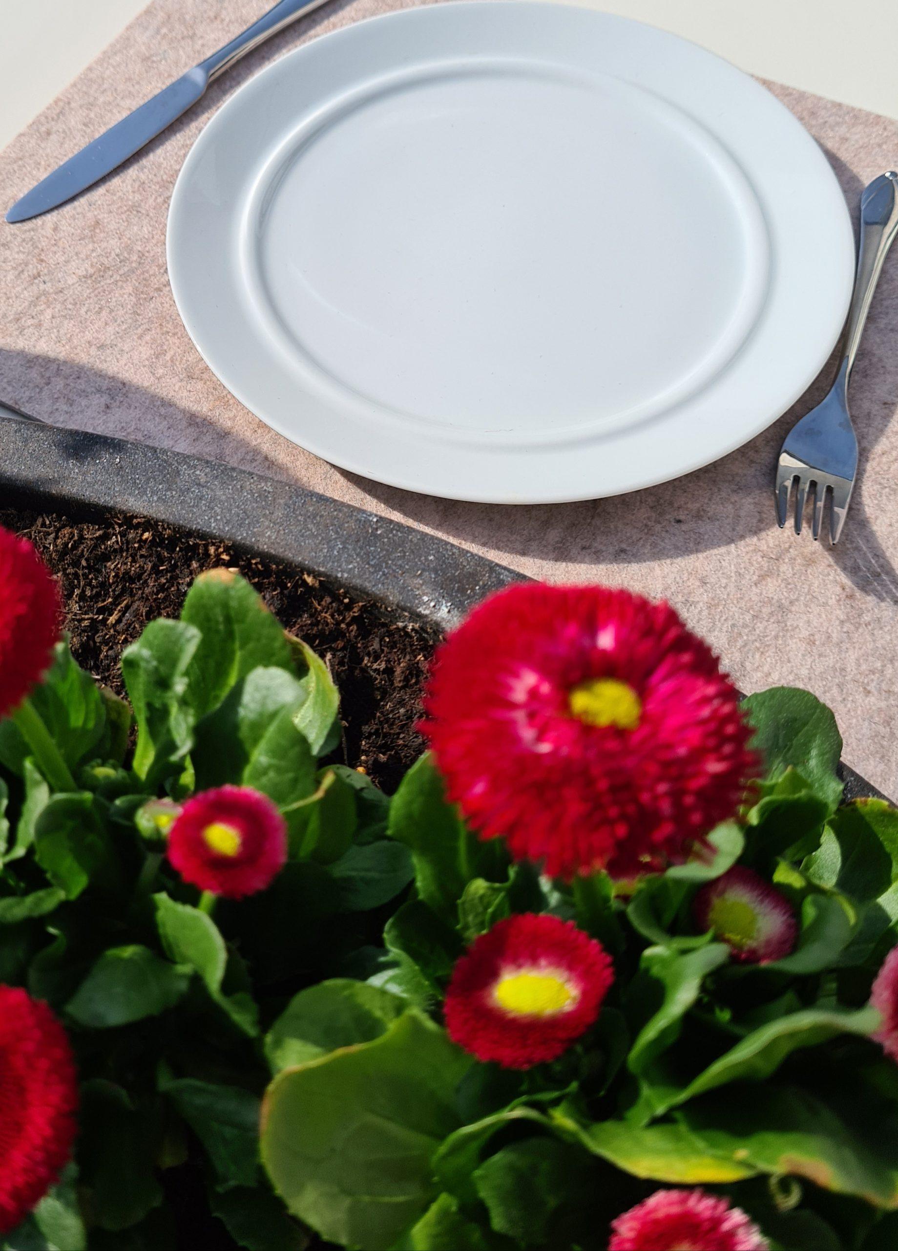 Cremefarbene Filz-Untersetzter quadratisch mit Teller und Besteck - Handgemachte individualisierbare Taschen, Körbe, Tischsets, Dekoartikel und mehr auf fideko.de der Onlineshop seit 2011