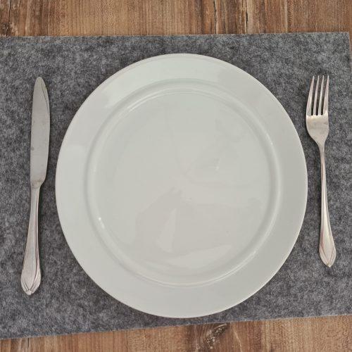 Hellgrauer Filz-Untersetzter quadratisch mit Teller und Besteck - Handgemachte individualisierbare Taschen, Körbe, Tischsets, Dekoartikel und mehr auf fideko.de der Onlineshop seit 2011