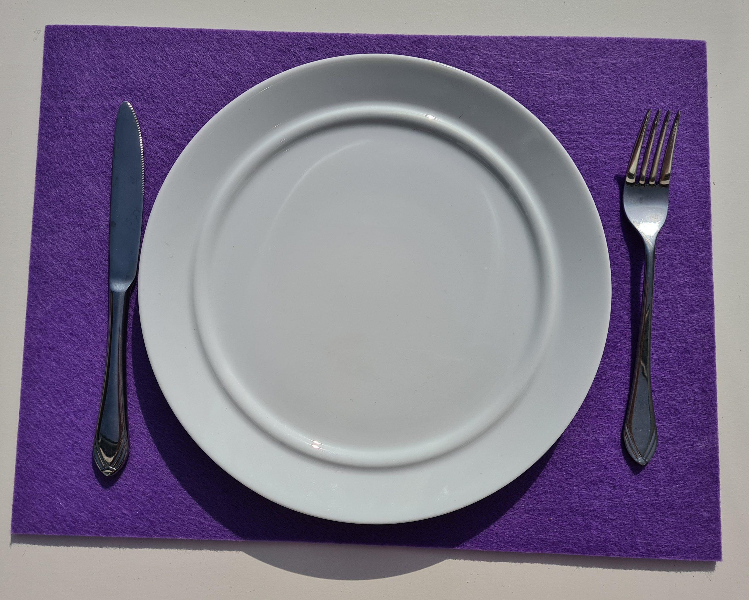 Lila Filz-Untersetzter quadratisch mit Teller und Besteck - Handgemachte individualisierbare Taschen, Körbe, Tischsets, Dekoartikel und mehr auf fideko.de der Onlineshop seit 2011