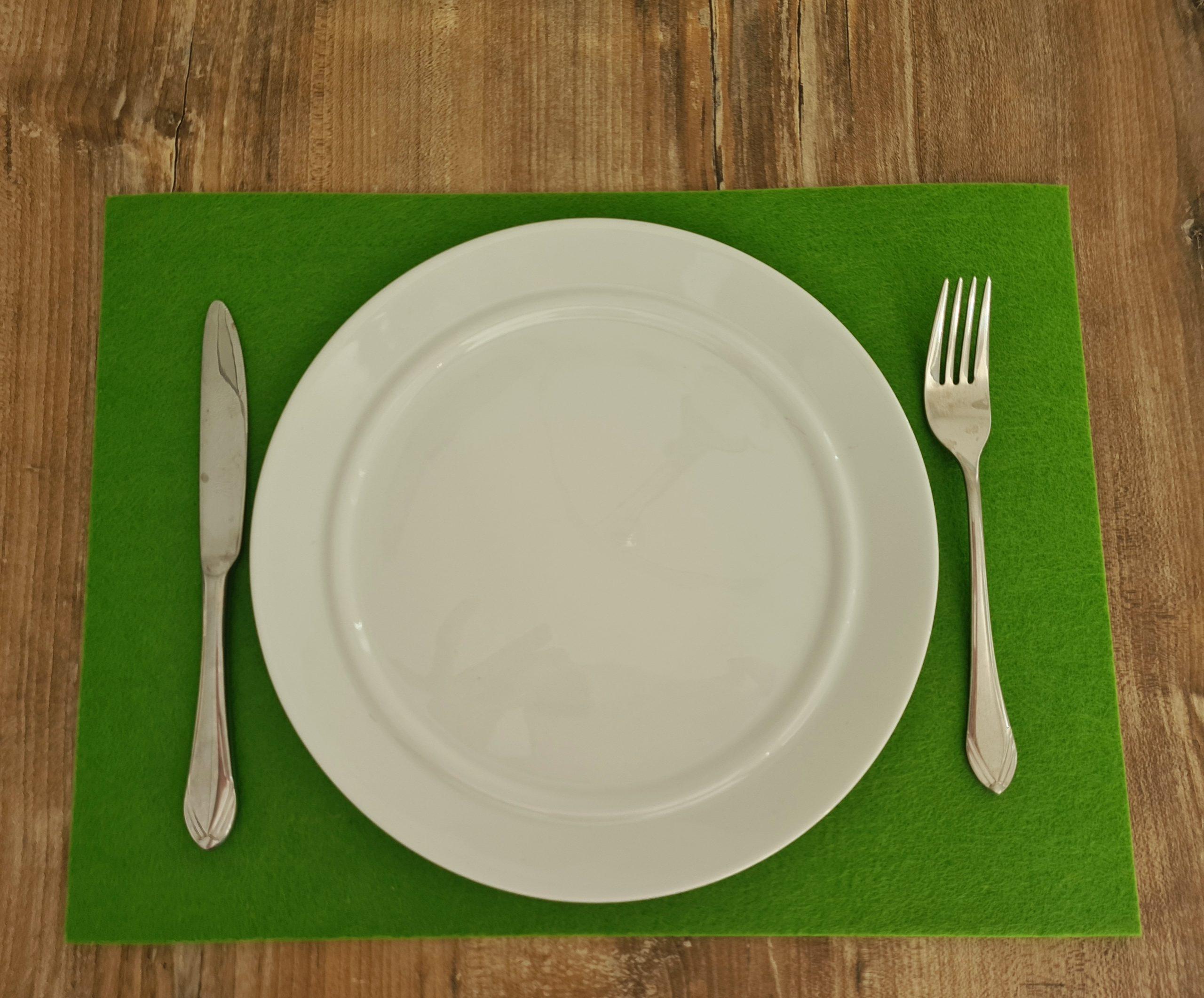 Grüner Filz-Untersetzter quadratisch mit Teller und Besteck - Handgemachte individualisierbare Taschen, Körbe, Tischsets, Dekoartikel und mehr auf fideko.de der Onlineshop seit 2011