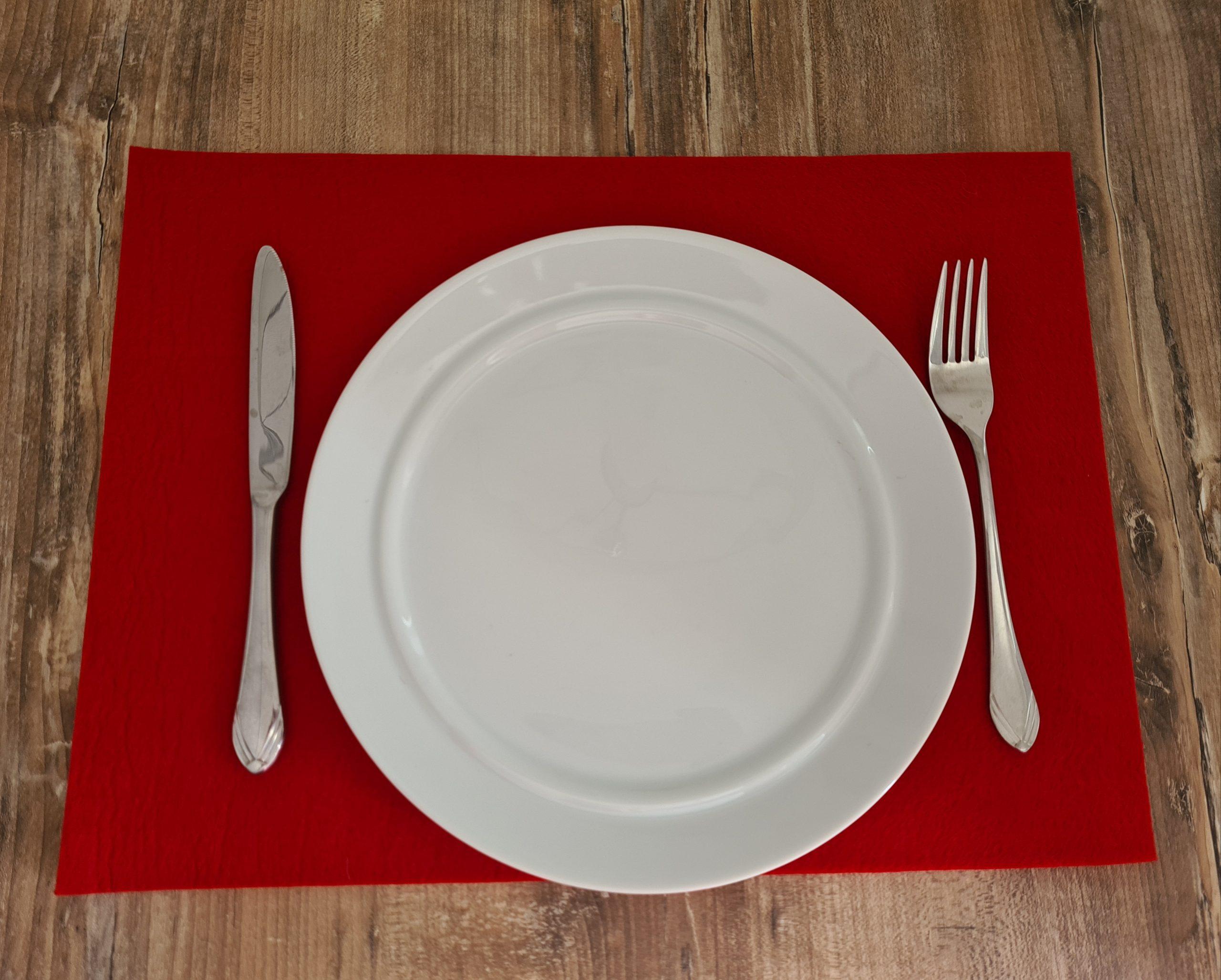 Rote Filz-Untersetzter quadratisch mit Teller und Besteck - Handgemachte individualisierbare Taschen, Körbe, Tischsets, Dekoartikel und mehr auf fideko.de der Onlineshop seit 2011