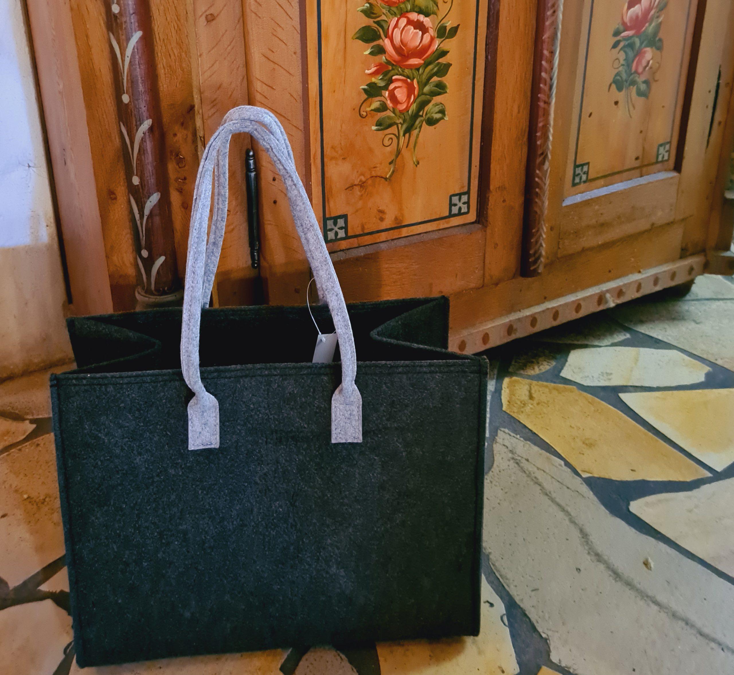 Schwarze Filztasche mit grauen Henkeln - Handgemachte individualisierbare Taschen, Körbe, Tischsets, Dekoartikel und mehr auf fideko.de der Onlineshop seit 2011