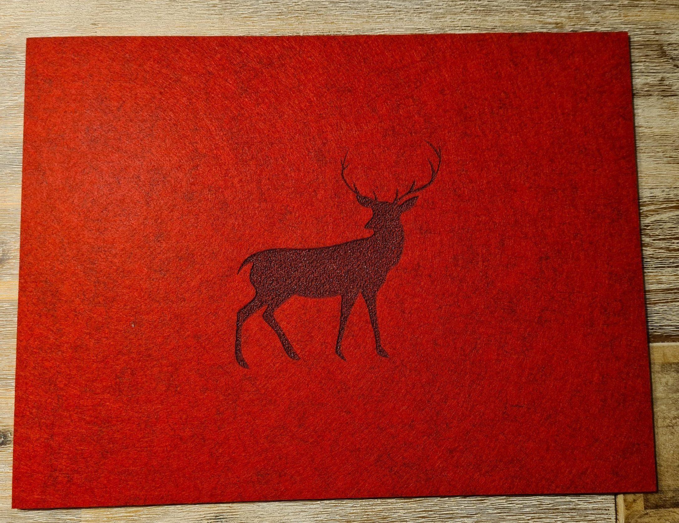 Roter Filz-Untersetzter mit Hirschaufdruck - Handgemachte individualisierbare Taschen, Körbe, Tischsets, Dekoartikel und mehr auf fideko.de der Onlineshop seit 2011