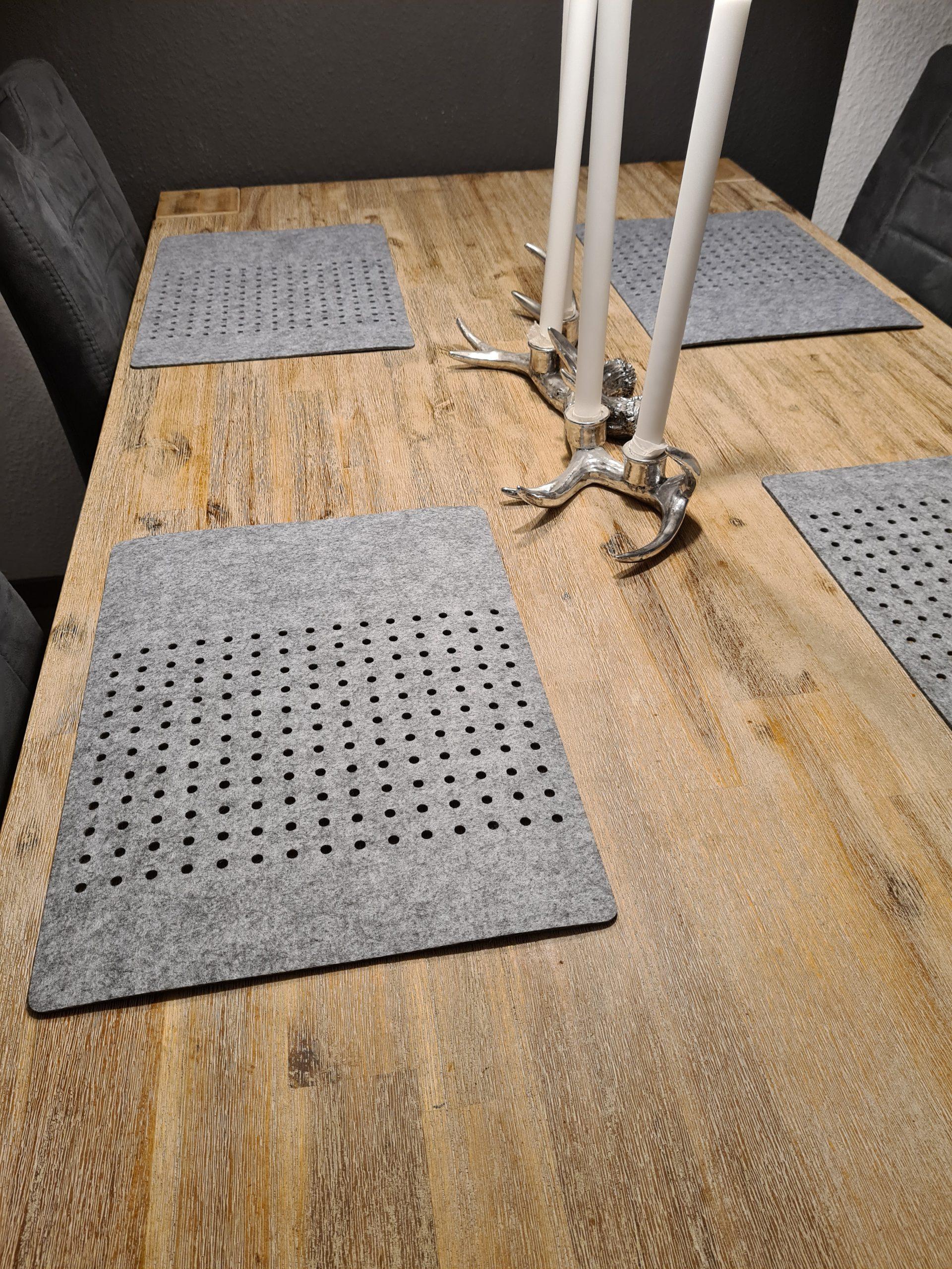 Grauer Filz-Untersetzter mit Löcherreihe auf Holztisch - Handgemachte individualisierbare Taschen, Körbe, Tischsets, Dekoartikel und mehr auf fideko.de der Onlineshop seit 2011