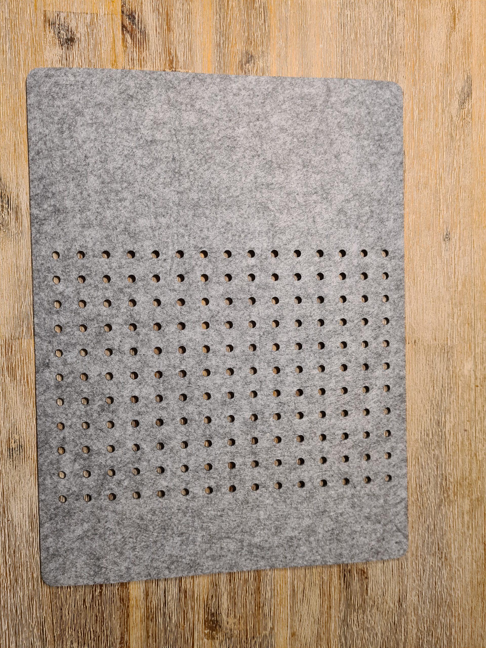 Grauer Filz-Untersetzter mit Löcherreihe - Handgemachte individualisierbare Taschen, Körbe, Tischsets, Dekoartikel und mehr auf fideko.de der Onlineshop seit 2011