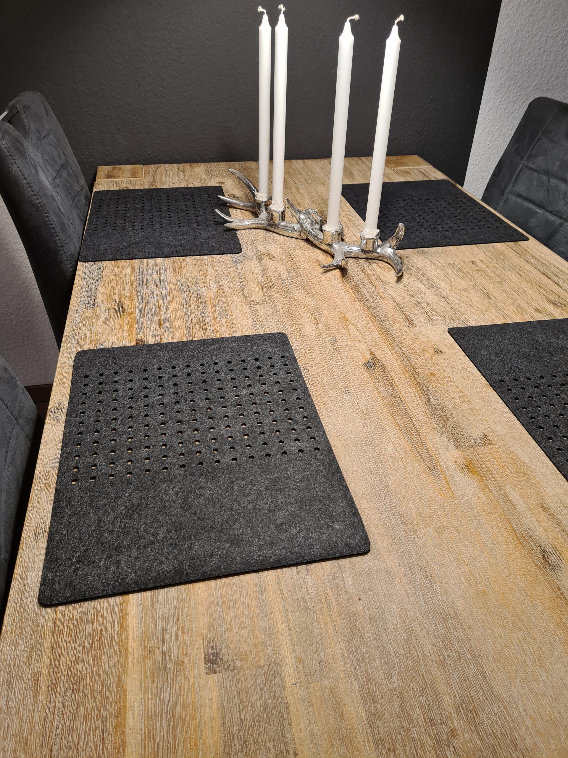 Schwarzer Filz-Untersetzter mit Löcherreihe auf Holztisch - Handgemachte individualisierbare Taschen, Körbe, Tischsets, Dekoartikel und mehr auf fideko.de der Onlineshop seit 2011