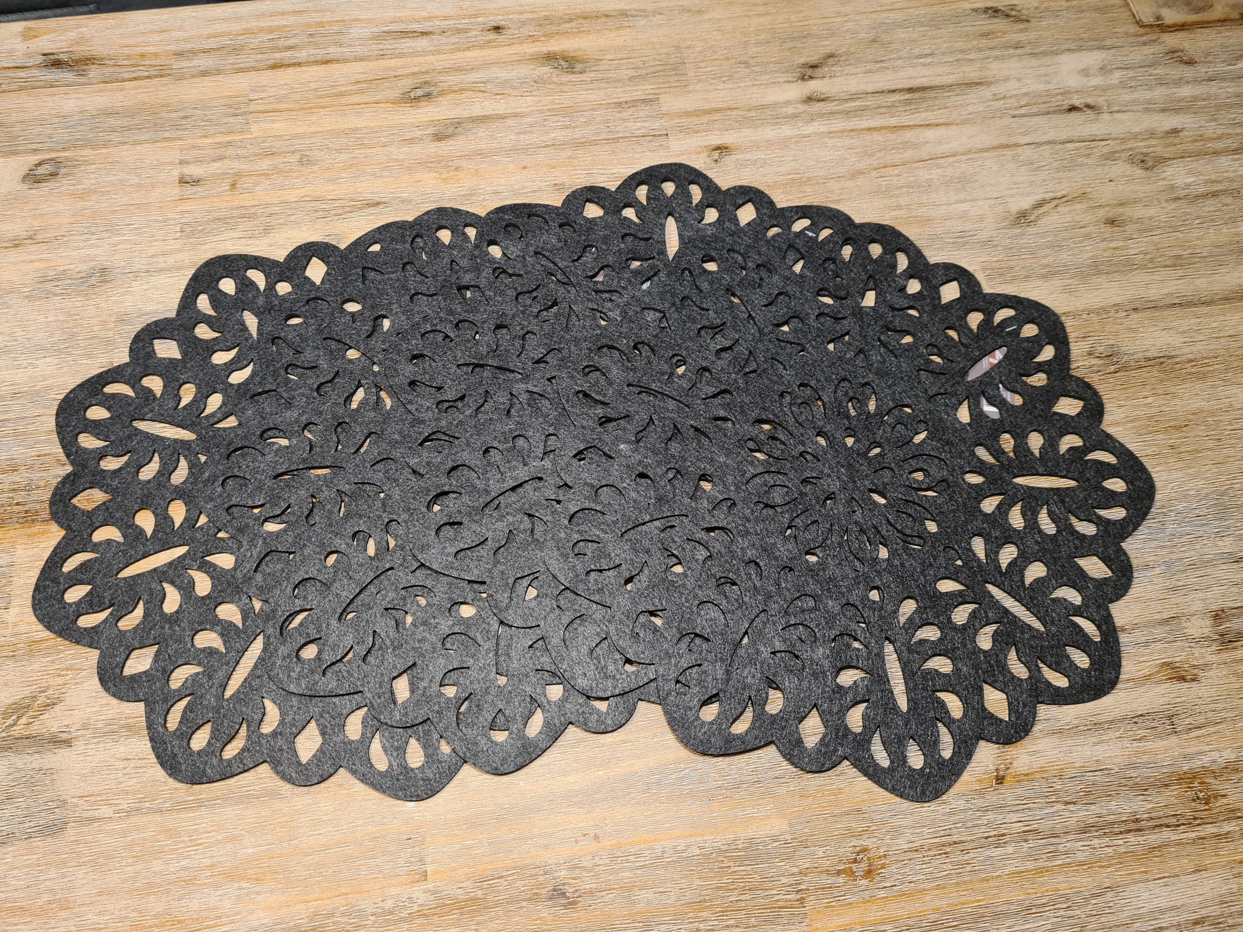 schwarze Filz-Untersetzer mit Ausstanzungen - Handgemachte individualisierbare Taschen, Körbe, Tischsets, Dekoartikel und mehr auf fideko.de der Onlineshop seit 2011