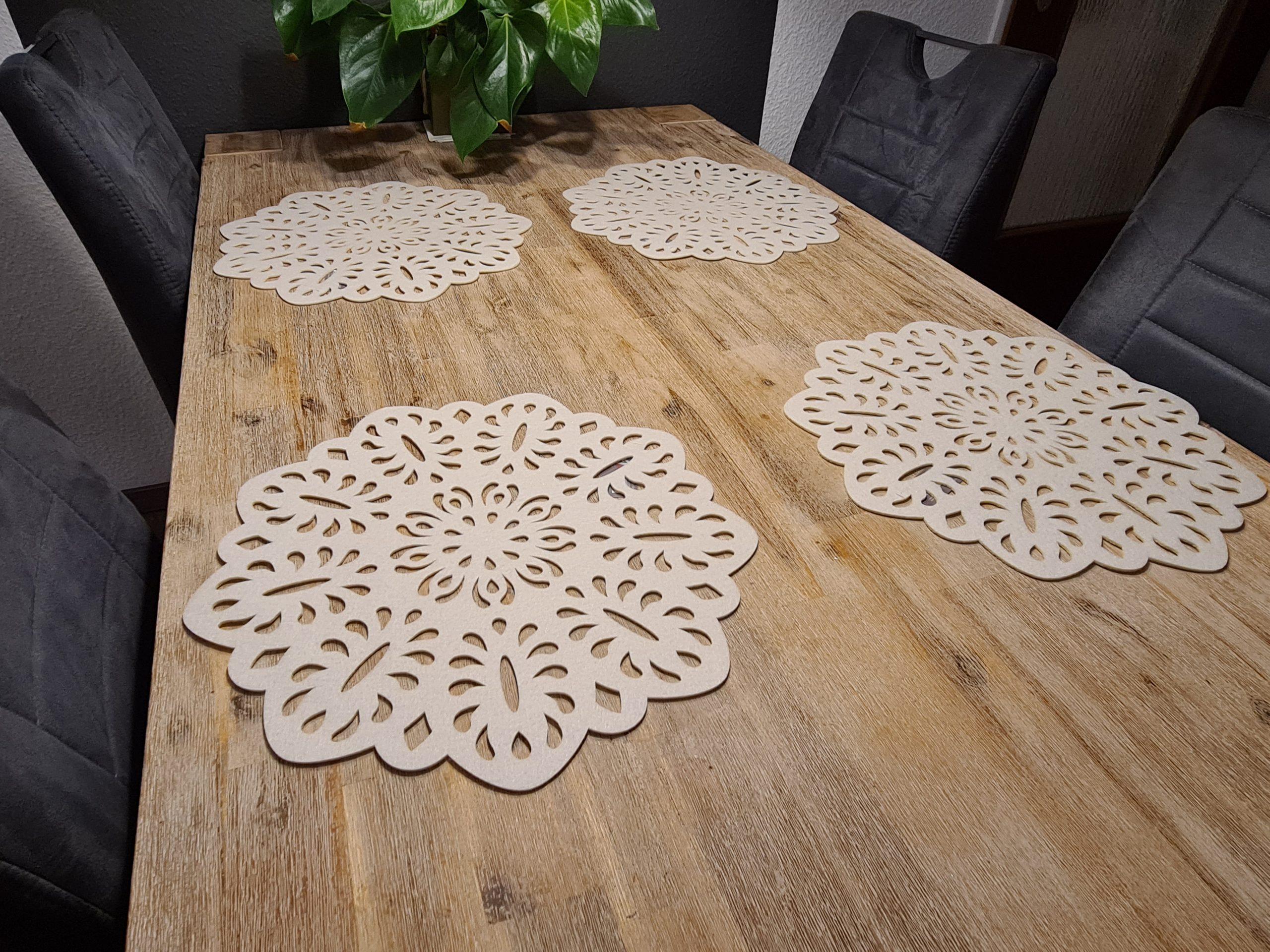 weiße Filz-Untersetzer mit Ausstanzungen auf Holztisch - Handgemachte individualisierbare Taschen, Körbe, Tischsets, Dekoartikel und mehr auf fideko.de der Onlineshop seit 2011