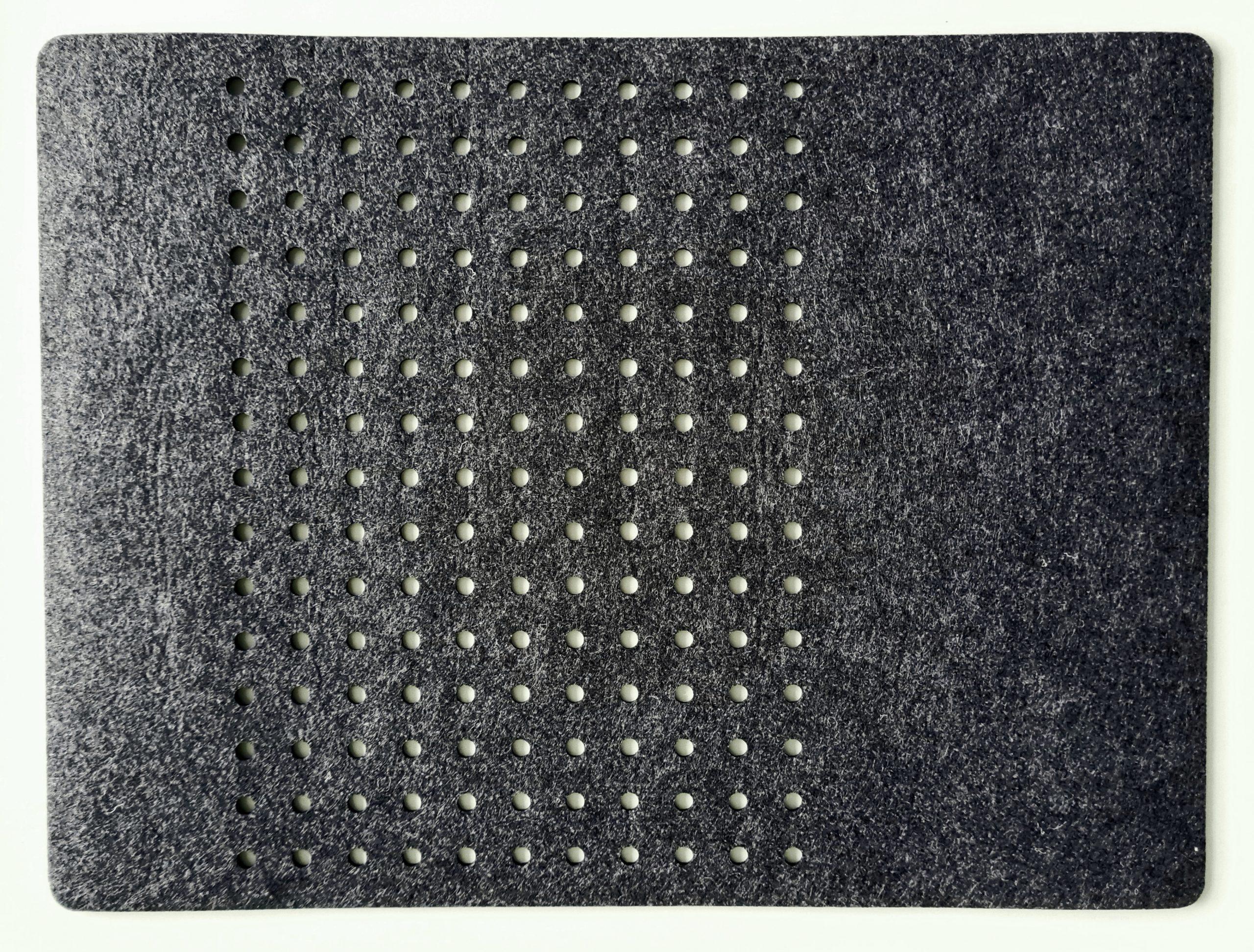 Schwarzer Filz-Untersetzter mit Löcherreihe - Handgemachte individualisierbare Taschen, Körbe, Tischsets, Dekoartikel und mehr auf fideko.de der Onlineshop seit 2011