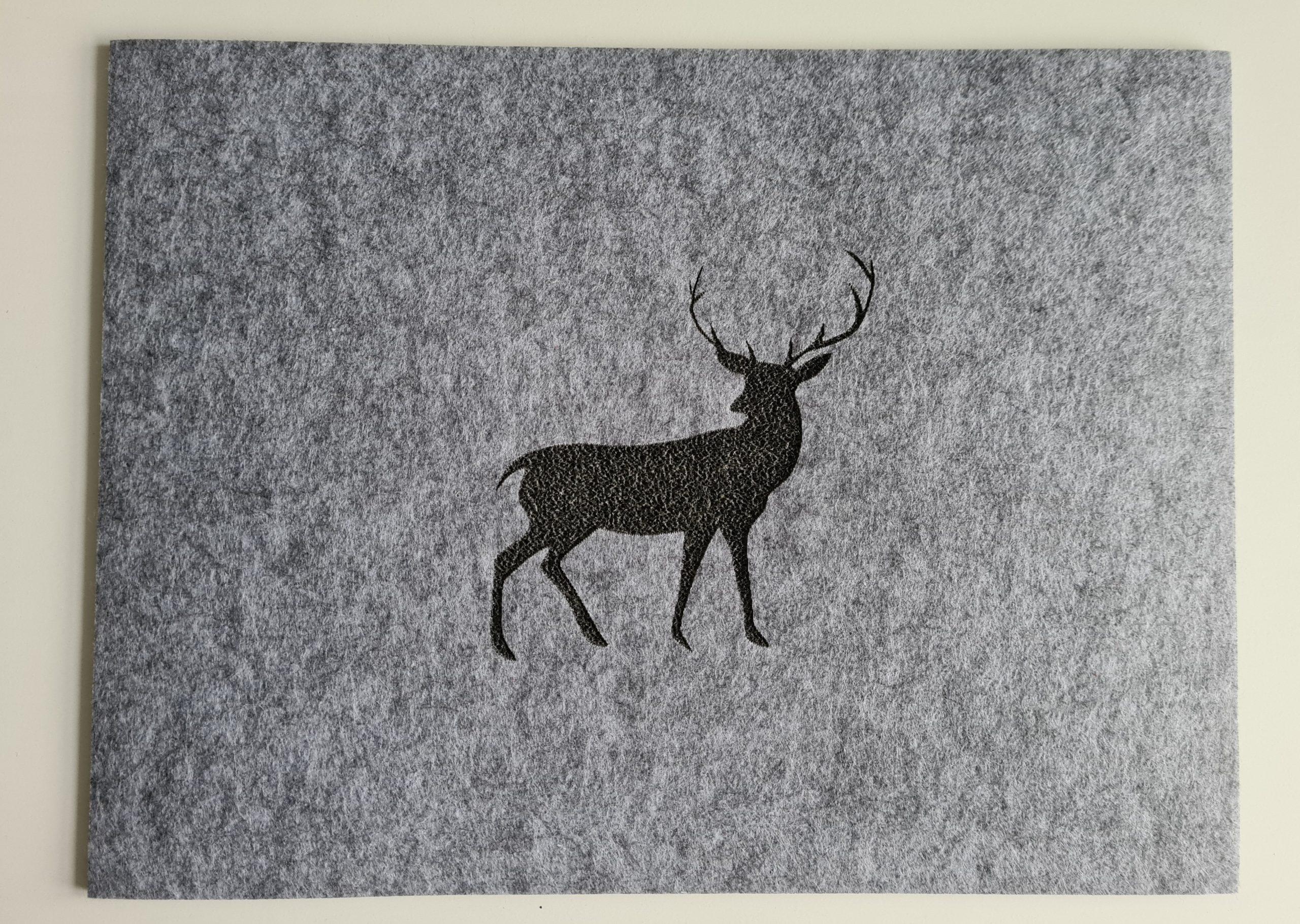 Schwarzer Filz-Untersetzter mit Hirschaufdruck quadratisch - Handgemachte individualisierbare Taschen, Körbe, Tischsets, Dekoartikel und mehr auf fideko.de der Onlineshop seit 2011