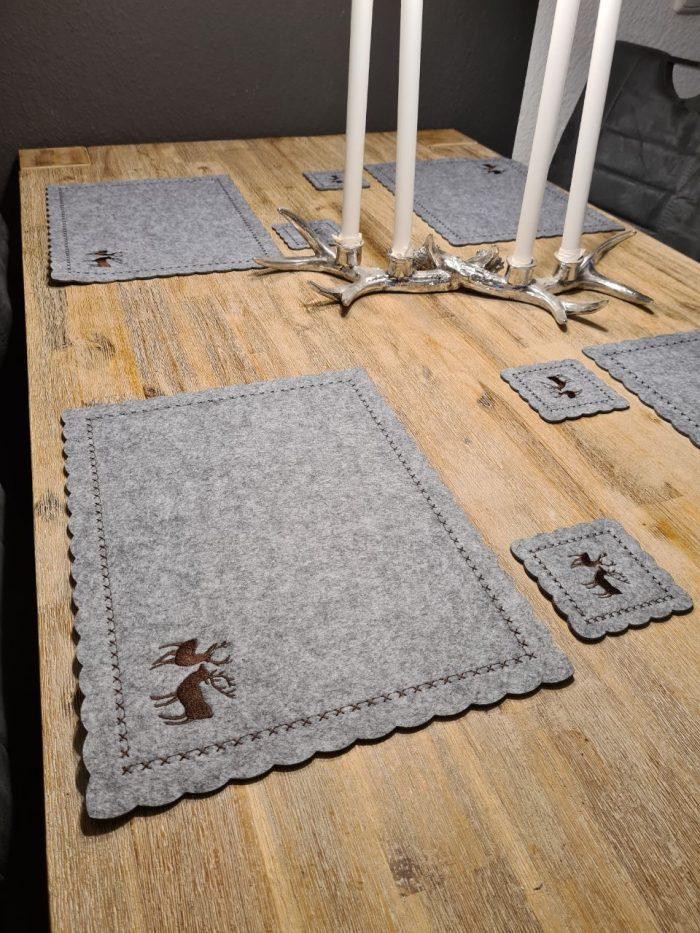 Graue Filz-Untersetzter mit zwei Hirschen quadratisch groß und klein - Handgemachte individualisierbare Taschen, Körbe, Tischsets, Dekoartikel und mehr auf fideko.de der Onlineshop seit 2011 auf Holztisch