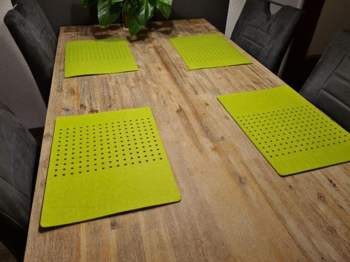 Grüner Filz-Untersetzter mit Löcherreihe - Handgemachte individualisierbare Taschen, Körbe, Tischsets, Dekoartikel und mehr auf fideko.de der Onlineshop seit 2011