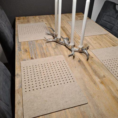 Cremefarbener Filz-Untersetzter mit Löcherreihe auf Holztisch - Handgemachte individualisierbare Taschen, Körbe, Tischsets, Dekoartikel und mehr auf fideko.de der Onlineshop seit 2011
