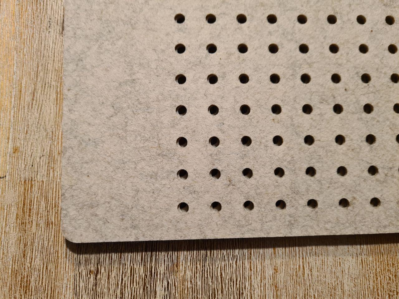 Cremefarbener Filz-Untersetzter mit Löcherreihe - Handgemachte individualisierbare Taschen, Körbe, Tischsets, Dekoartikel und mehr auf fideko.de der Onlineshop seit 2011