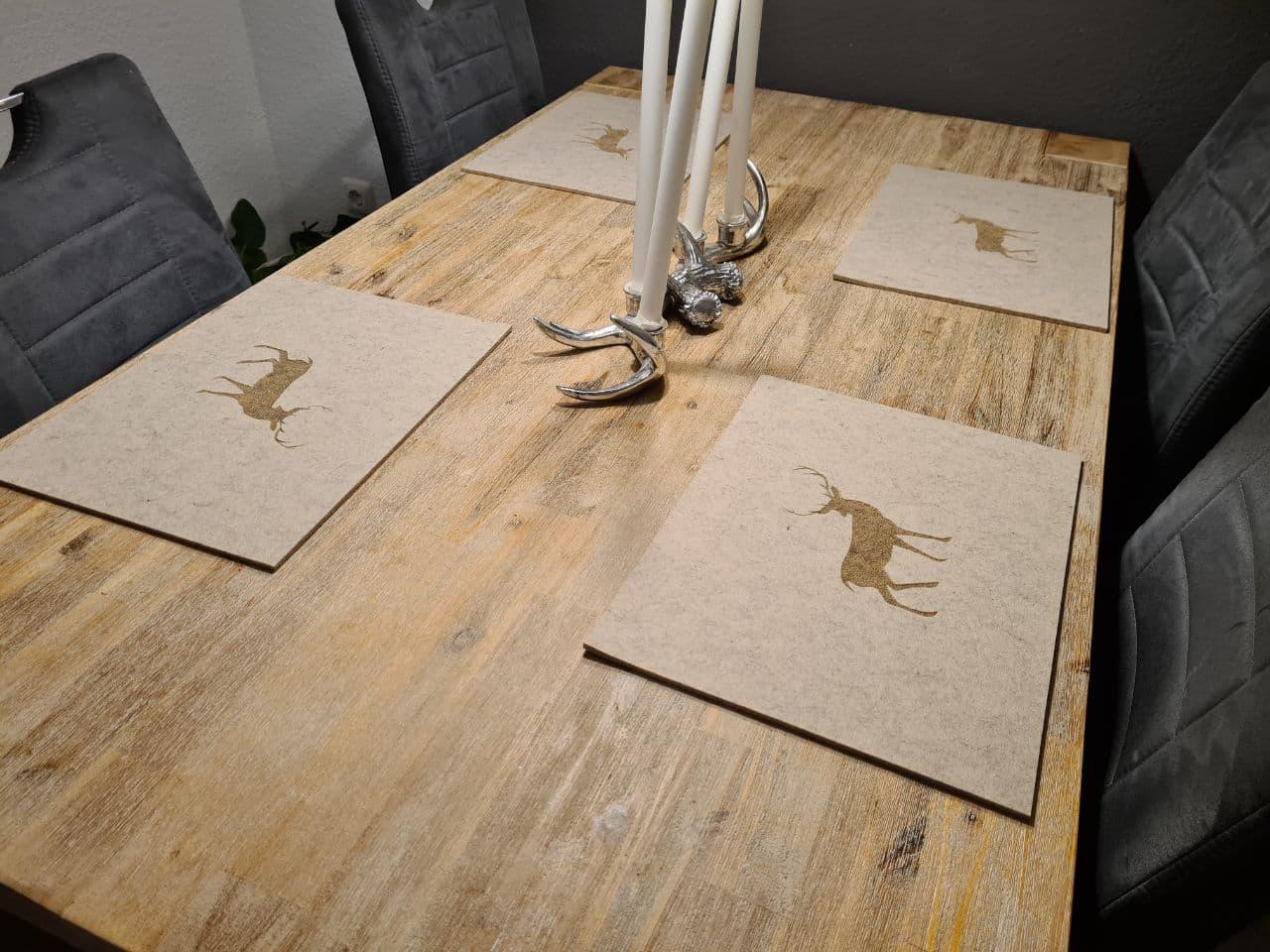 Cremefarbener Filz-Untersetzter mit Hirschaufdruck auf Holztisch - Handgemachte individualisierbare Taschen, Körbe, Tischsets, Dekoartikel und mehr auf fideko.de der Onlineshop seit 2011