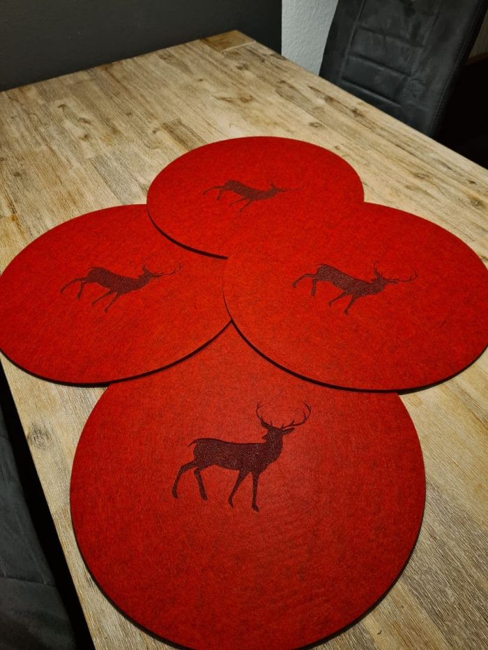 Roter Filz-Untersetzter mit Hirschaufdruck rund - Handgemachte individualisierbare Taschen, Körbe, Tischsets, Dekoartikel und mehr auf fideko.de der Onlineshop seit 2011