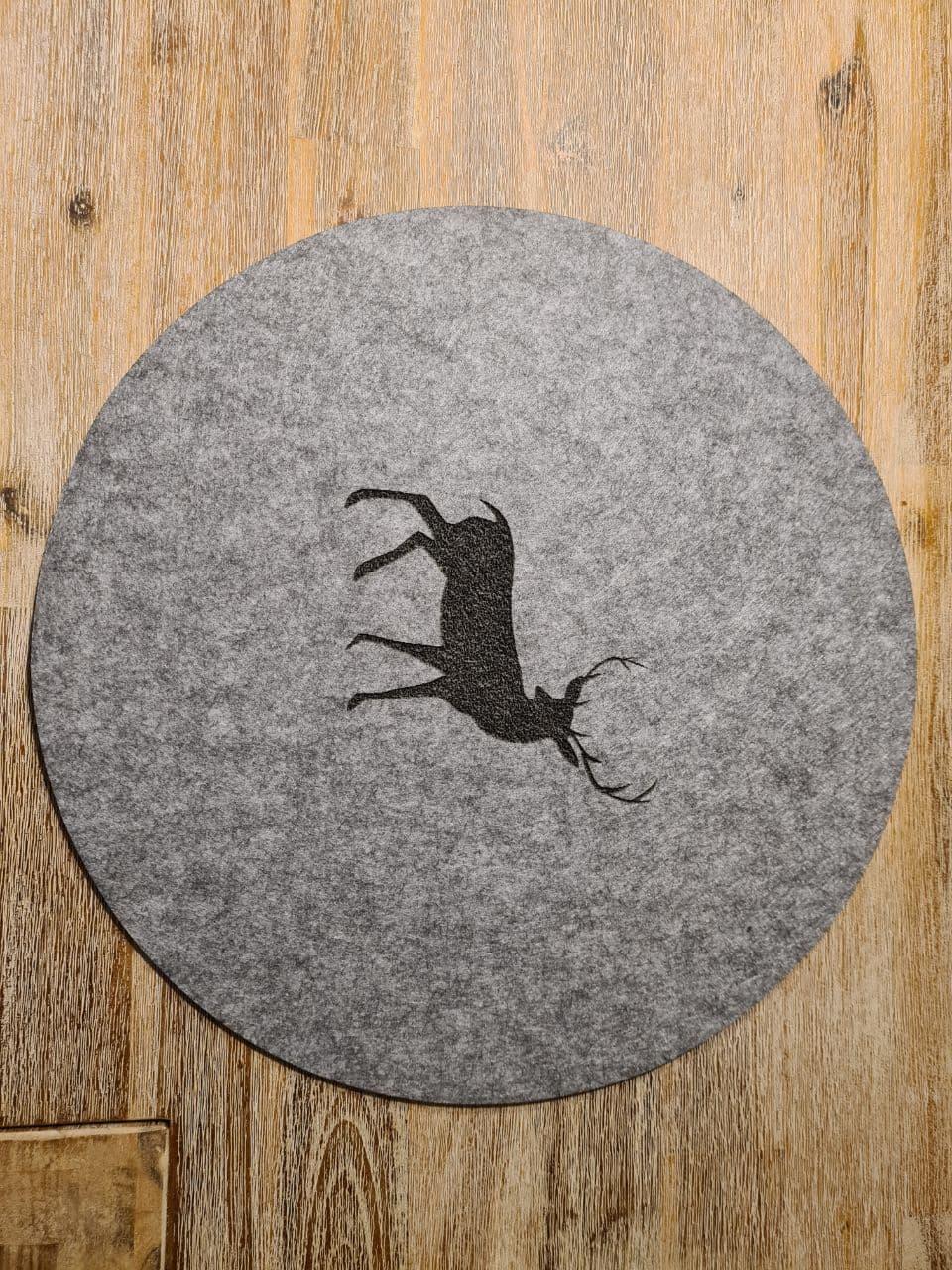 Schwarzer Filz-Untersetzter mit Hirschaufdruck rund - Handgemachte individualisierbare Taschen, Körbe, Tischsets, Dekoartikel und mehr auf fideko.de der Onlineshop seit 2011
